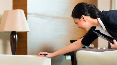 Housekeeper-in-azione:-compiti-e-responsabilità-di-una-perfetta-governante